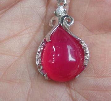 天然玉髓玫红色滴水吊坠,银配钻镶