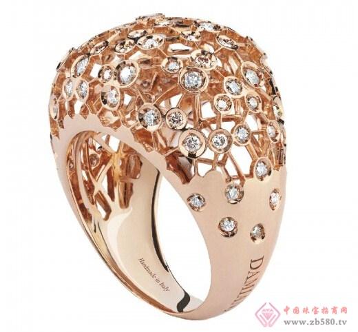 Damiani的每一件作品都代表着意大利珠宝制作工艺的最高水准,最近,品牌运用优雅的设计全新推出符合时尚概念的ViaLattea珠宝系列。ViaLattea系列设计灵感来自美丽的星空,星空的永恒与银河系的神秘,都在ViaLattea系列中体现的淋漓尽致,金属与钻石的完美融合,仿佛让繁星瞬间凝固在你手中。ViaLattea专为风格十足的优雅女士而设计,系列独特意境有着其它珠宝无法媲美的吸引力,让佩戴者如置身星空,天空触手可及。