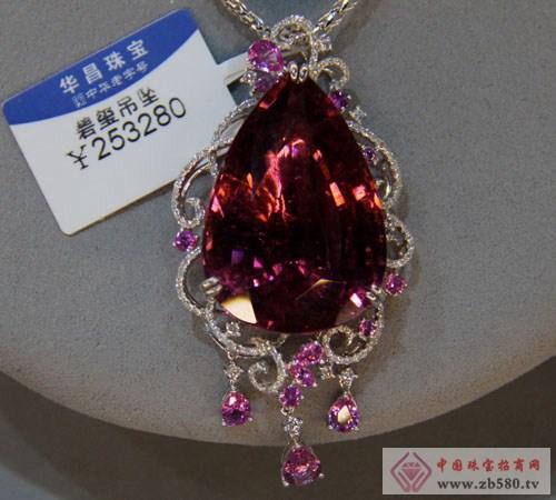 运用贵金属,名贵宝玉石来表现首饰的情感故事,让冰冷的贵金属和石头