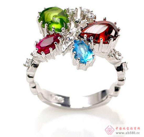 何为彩色宝石? 彩色宝石也称有色宝石,是宝石大家族中所有有颜色宝石的总称。最常见的彩色宝石包括水晶、玛瑙、碧玺、琥珀等,因其价廉物美、适合装饰而受到许多人的青睐。最贵重的彩色宝石,如红宝石、蓝宝石、祖母绿、猫眼等,与钻石并列为世界五大珍稀宝石。彩色宝石通常具有玻璃般的光泽,通透明亮。与钻石一样,红宝石等彩色宝石的重量也可以用克拉计算。 彩色宝石的最大特征是其具有天然的颜色,赤、橙、黄、绿、青、蓝、紫,自然界所有的颜色在宝石中都能够找到,而且宝石中所蕴含色彩之美丽,是其他任何物质和人工方法(如摄影、绘画)