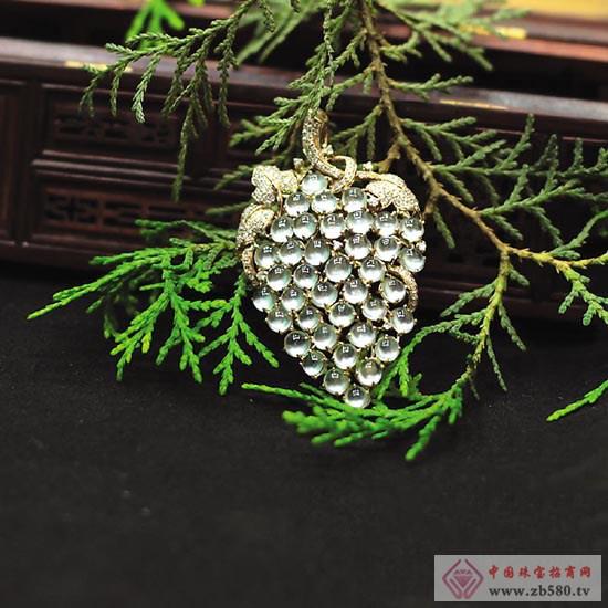 39颗翡翠排列错落有致、各得其所,18K玫瑰金和钻石组成的葡萄叶子和藤蔓将冰种翡翠衬得更加晶莹透彻,又不喧宾夺主。创意的设计,加上精湛的工艺,让这件名为《葡萄吊坠》的翡翠镶嵌作品透出时尚的气息。 从清远来揭阳开玉皇朝镶嵌的翡翠镶嵌设计师刘军华,崇尚原创设计,力图将贵金属、钻石、翡翠完美结合,从而衬托翡翠的美,让翡翠更具时尚气息,符合时下的审美潮流。这件翡翠镶嵌作品《葡萄吊坠》,以一串葡萄的形态,将39颗蛋面冰种翡翠与南非钻石、玫瑰金连结,形态自然,是体现其创作理念的作品之一。 刘军华说,翡翠镶嵌工艺要