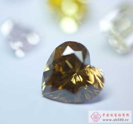图为一枚褐色心形切割钻石