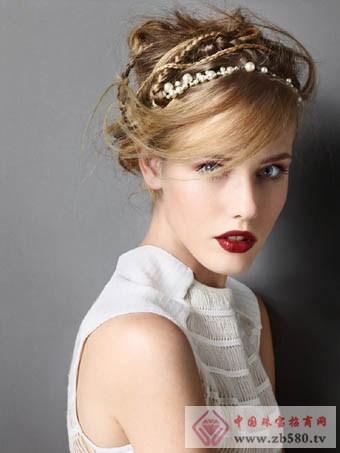 宝石发饰与高盘发打造出贵族风图片
