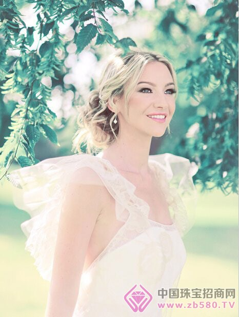 新娘婚纱盘发造型 时尚魅力无法挡