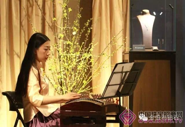 古筝和琵琶演员带来的中国古典乐器表演更为展厅增添了几分古色古