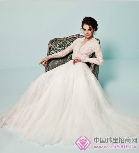 婚纱采用全蕾丝设计,鱼尾裙摆设计凸显新娘姣好的身材曲线,超长的