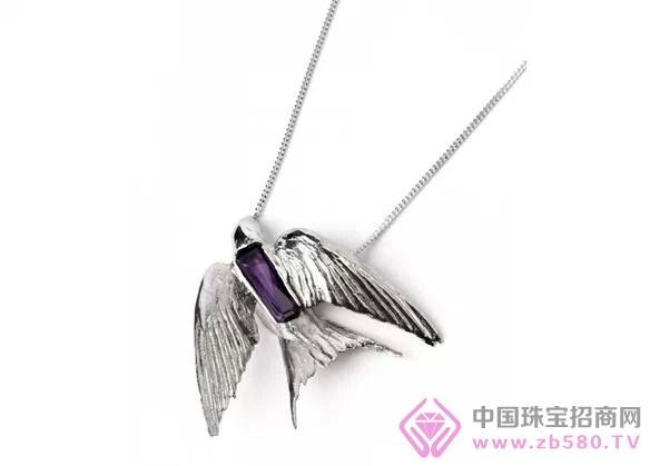 金属和紫水晶宝石等材质制成展翅欲飞的小燕子,将它们组合成胸针,项链