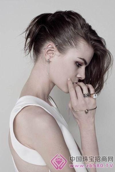女同-色图-综合_珠宝文化 珠宝工艺设备 >正文     在一头率性自然的发色中模特ruby