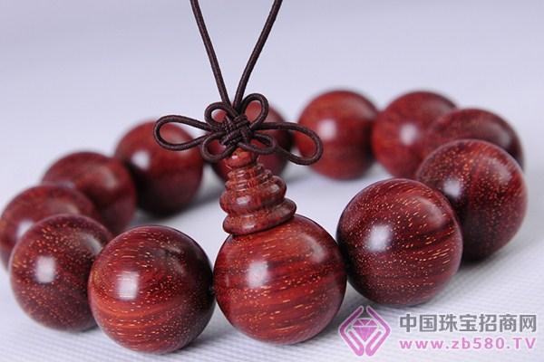 小叶紫檀佛珠手链制作过程的步骤介绍。 第1步挑料 挑紫檀小料,按照预想的珠子直径大小划线。1.8cm的珠子,画成22cm的方块,因为后面的制作和打磨都有损耗,要留出富余量。 第2步找锯 我推荐新人买一把类似这样的日本工艺的锯子。因为传统的中国锯,需要伐锯、掰齿。 第3步弄平 用木锉来弄平木料。 第4步准备打眼 把木块弄整齐之后,利用对角线找到中心,为了打眼用。打眼的这一面要选择在木料的横截面上,就是可以看到年轮的那一面。 准备打眼。要保证工具从这边的中心进入,再从那边中心出来。专业的可以有打孔机,也可以