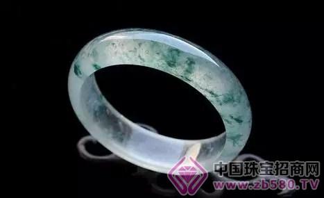 染色翡翠因为受到高温处理而破坏了翡翠的内部结构
