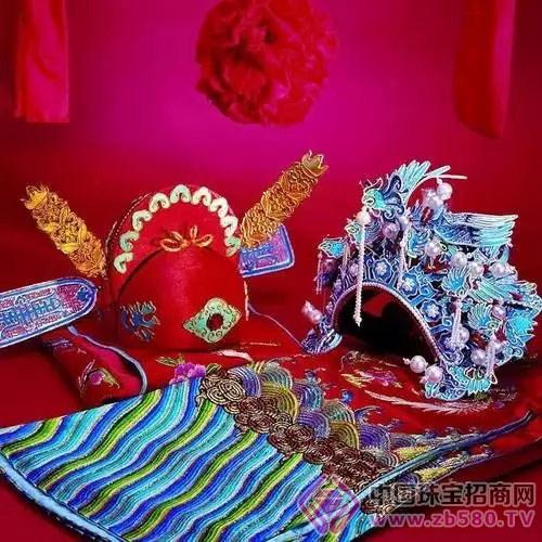 中式传统婚礼最讲究的就是喜庆的婚礼氛围,传统图腾的首饰和