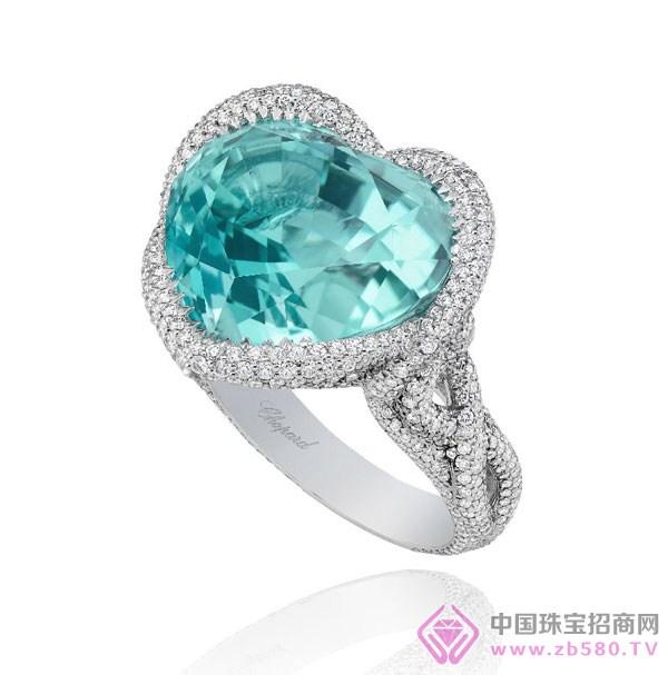 BVLGARI宝格丽翡翠海岸盛会红碧玺项链 三、坦桑石 了解宝石的人,对坦桑石一定不会陌生,近年来,它也频繁被运动到珠宝设计之中。从外形与颜色来看,坦桑石与蓝宝石极其相似。但前者的硬度要比蓝宝石低,颜色也会根据光线而呈现出桃色和紫罗兰色。坦桑尼亚的阿鲁沙市附近地区是坦桑石的唯一产地。进五年期间,坦桑石的价格在坦桑国内也上涨了几倍。顶级和A级坦桑石的市场价为每克拉300美元以上,B级在150美元左右,C级一般也要数十至100美元,由此便可以反映出,坦桑石的升值潜力不可估量。
