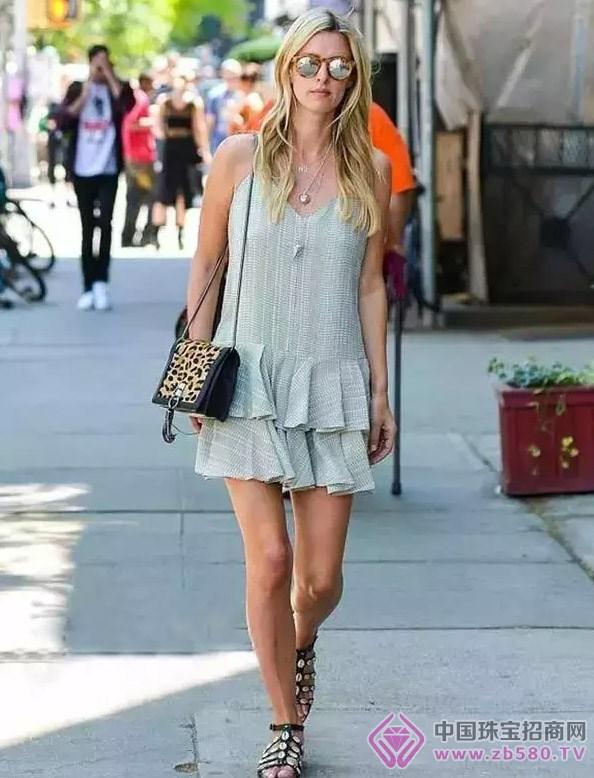 双层褶皱小短裙,朋克风的长项链,俏皮可爱