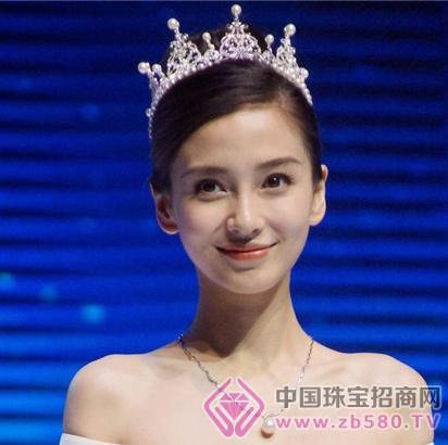 angelababy应邀在上海参加某品牌发布会