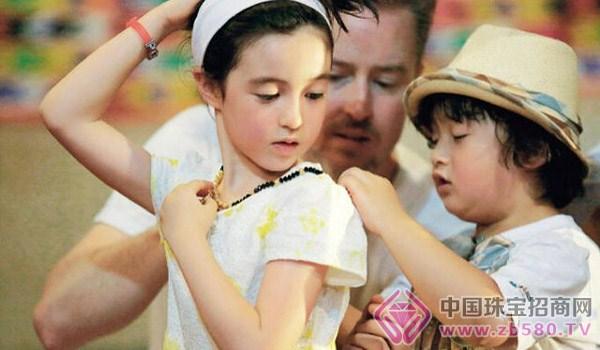 在《爸爸去哪儿3》中,轩轩对混血小美女夏天的喜爱溢