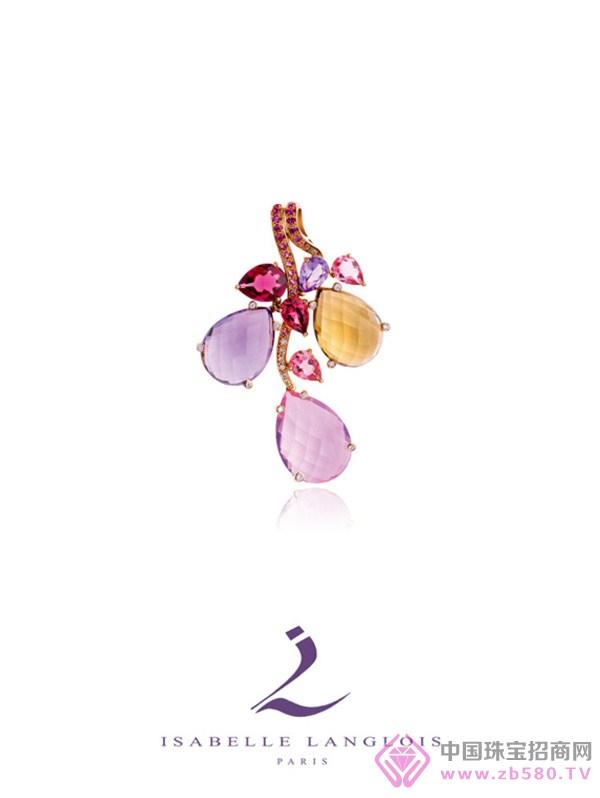 Isabelle以浪漫写实手法,诠释印尼蜡染文化传递的人文精神,蜡染犹如凝聚情感的产物,色彩千变万化时而柔美时而浓烈,拼凑流畅曲线或是动植物的几何图腾,其创造而出的艺术气息融入当地居民乐天并充满生命力的生活中。