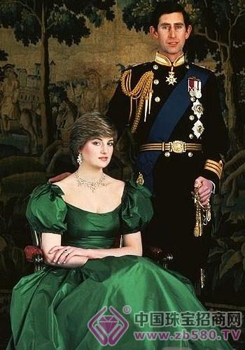 斯王子求婚时,戴安娜王妃有幸亲自挑选了一枚蓝宝石戒指-宝石与皇