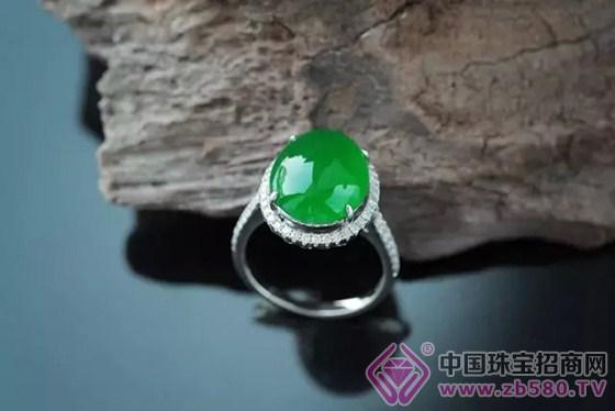 设计翡翠首饰了,在市场上各大珠宝店中,也出现了很多款式的男士翡翠手