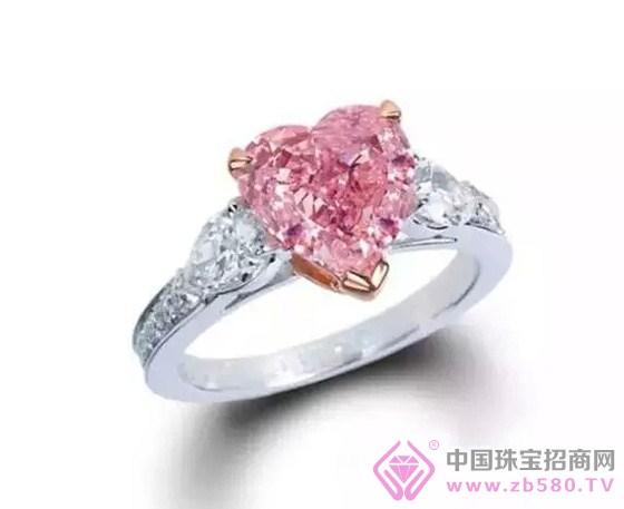 粉红色蓝宝石也一直广受欢迎,它的粉红色彩域从浓彩到淡彩,与红宝石的色彩极为接近,以至于人们称其为亮粉红蓝宝石。 -------------【百年爱情凤祥见证】------------- 百年凤祥珠宝 加盟热线:13411873151刘总监 咨询电话:4000-980-028刘小姐 钻石定制:http://www.bnfx.cn 招商加盟:
