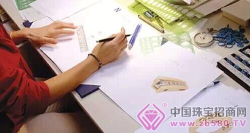 工匠参照设计图纸手工雕刻出蜡版,再利用失蜡浇铸的方法倒出银