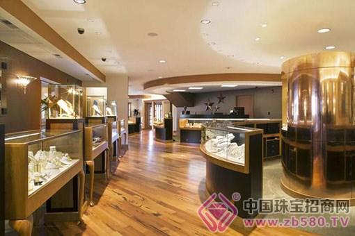 郑州珠宝店有的销量下滑,有的却逆市上扬 2015年,注定是珠宝行业转折的一个敏感节点。我国珠宝行业结束了30多年的高速增长,严重过剩的危机,珠宝礼品在官场的终结,产业转型升级的乏力这一年,珠宝企业在生存上出现了从未有过的煎熬。 郑州市场则销量普遍下滑三四成,只有几块钱的利润也出手,如此寒气逼人,珠宝企业该如何过冬? 业内称,2015年,尤其是以黄金为主的珠宝企业,销量普遍下滑30%~40%。 销量普遍下滑30%~40% 2016年元旦假期,很多商场里都是人声鼎沸,不少商家也赚了个盘满钵满,但经