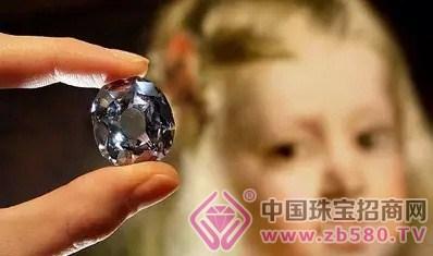 成因是因为钻石的晶体结构中含有硼原子