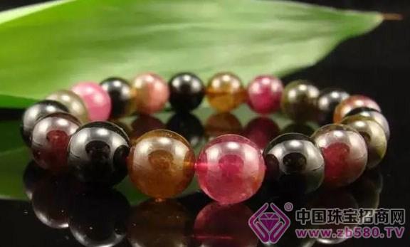 3、用自来水清洗珍珠?错! 有些人佩戴几次珍珠以后想要清洗保养,殊不知道用自来水作短暂的清洗对珠宝的影响不大,但若用来沁泡珍珠,则万万不可。因为自来水中有着固定含量氯(C1),会损害珍珠表面的光泽,其实泡洗珍珠应以矿泉水最理想。另外,不佩戴的时候也应清洗后在存放于阴凉通风处保存。 4、珠宝随时戴着?错! 正确的佩戴珠宝应视人、事、时、地、物的不同而勤于更换或取下,但是对于忙碌的现代人而言可能没办法。但至少在洗手时最好将它取下,因为某些肥皂含着程度不一的碱性物质,日积月累对于较脆弱的宝石,可能造成一种伤害