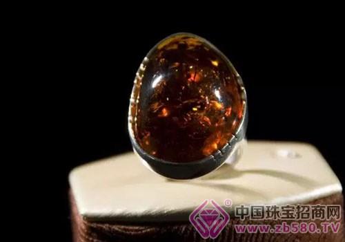 琥珀是由古松柏科植物树脂经地球各类环境的