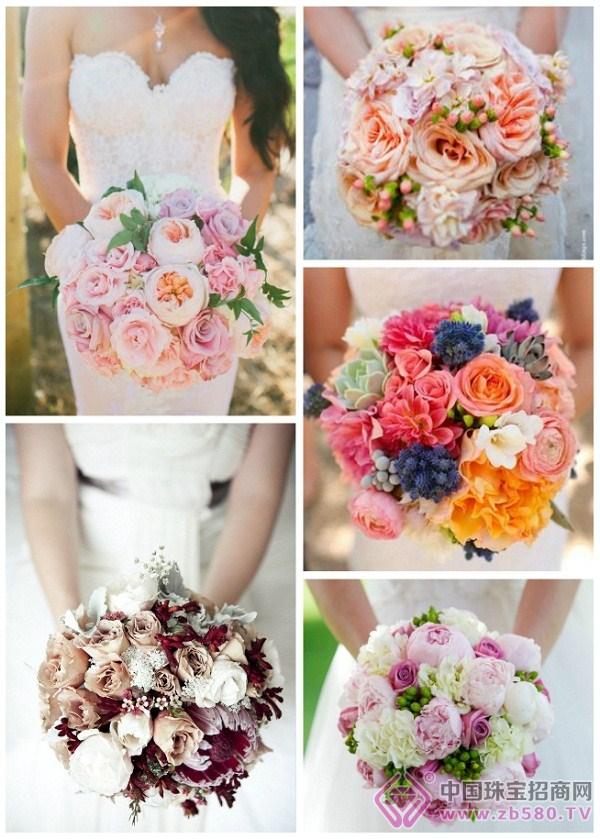 圆形手捧花可以与各种婚礼类型、场地以及婚纱服饰相搭配,是最百搭的手捧花造型之一。它作为一种经典的手捧花造型,给人以一种优雅简单的感觉。可以设计为紧密的一大捧,也可以设计成松散稀疏的小清新风。花束中可以包涵多种类型、大小不一的花朵,也可以只有一种花朵,不同的花朵的搭配会予人不同的视觉效果,表达不同的情感。 2.