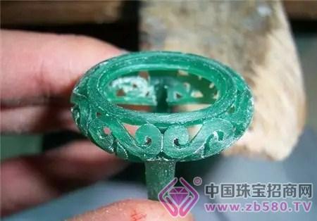 特殊造型或者动物造型的珠宝来说,还是会选择好的师傅手工雕蜡起版.