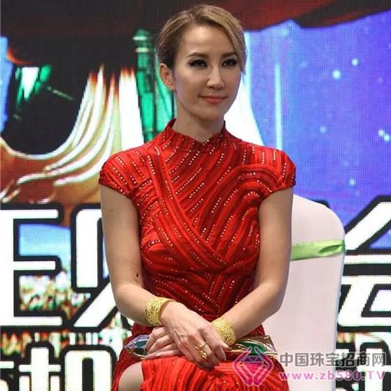 品牌策划 >正文     李玟身着当年放歌奥斯卡时的范思哲红色旗袍礼服图片