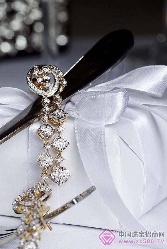 最近,印度珠宝首饰品牌Tanishq推出全新新娘钻石珠宝系列,取名Inara。Inara源自于阿拉伯语,意思为光彩夺人。星星般闪耀的的钻石,在如蕾丝般华美线条的衬托下,优雅地引出完美切工钻石的璀灿光芒,更显得古典而华丽动人