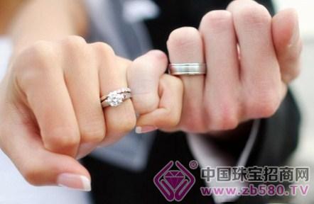 按照我国的习惯,订婚戒一般戴在左手的中指,结婚戒指戴在左手的图片