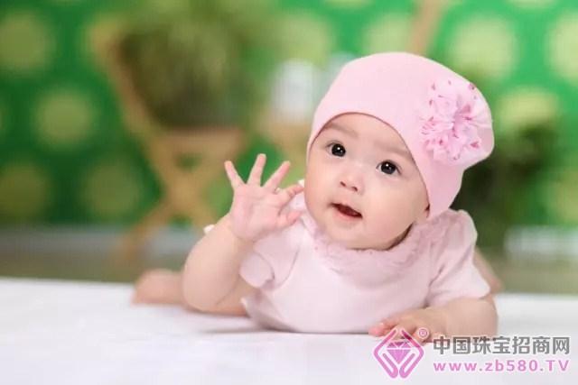 市场上的珠宝千万件,谙合父母心头爱的却不多。孩子是爸妈心中美丽的小天使,给他们选择上好的伴手礼是父母和长辈急切的愿望。 儿童系列(一)宝宝佛 新生宝宝半岁后总是爱咬磨东西,因为处在尴尬的磨牙期。不妨选择琥珀为原材料的宝宝佛陪伴宝宝。由于它是一种有机宝石,即使宝宝们放在嘴里磨牙,也完全不会发生危险,是健康的选择。同时,戴佛,有佛(福)相伴保平安之意。 儿童系列(二)吉祥挂件 如意等吉祥挂件,小小一件寓意众生智慧,招福来之气。集聚众多福运,保佑孩子健康成长。对于父母而言,这也是他们的心愿了吧。