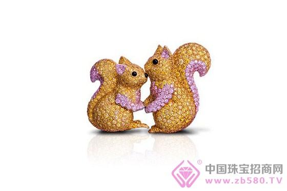 从新推出以白钻,粉红钻和黄钻镶嵌,设计精致绝伦的动物胸针,到格拉夫经典的蝴蝶造型设计的珠宝和腕表系列,工匠大师和设计团队都倾尽心血,对宝石制作的所有细节均一丝不苟。 格拉夫(Graff)设计的重点一直在于宝石的质量和宝石本身。妙用金属也是品牌华美珠宝的另一特色,以上好的铂金、白金和玫瑰金衬托宝石,成就无数完美的钻饰。设计巧妙捕捉光线、善用折射,吸引目光,让每位配戴格拉夫珠宝的女士们轻易成为焦点。格拉夫揉合了别树一帜的设计与精湛工艺,尽情展现无与伦比珠宝的魅力及当代经典的美学标准。
