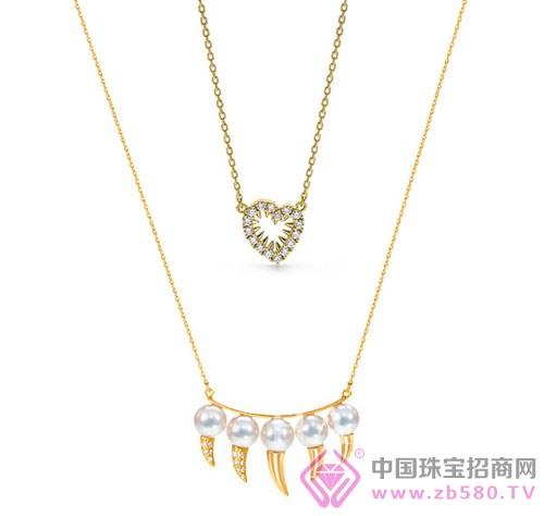 两款项链叠戴让柔美的珠宝平添了些许狂野的浪漫