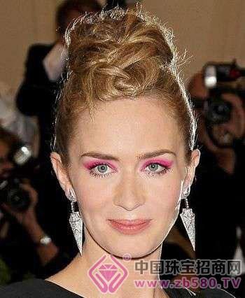 几何耳饰如何来搭配发型?