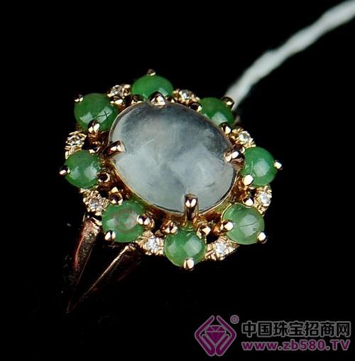 翡翠首饰的设计渐渐与钻石首饰一样,在设计中加入许多西方时尚