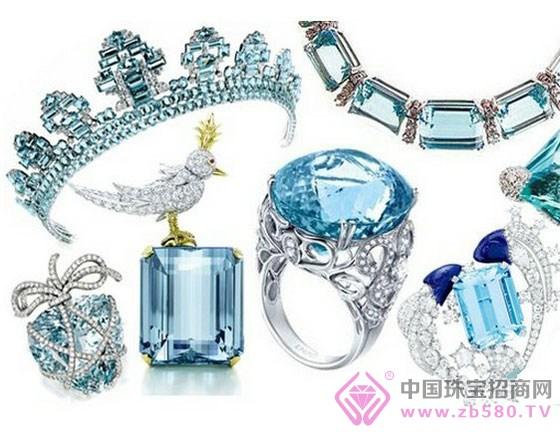 属性木的珠宝首饰有:木制品、皮革制品的饰品。木主绿色,因此属木的彩色宝石是绿色彩宝,如:祖母绿、绿松石、透辉石、绿翡翠、橄榄树、绿碧玺等。 属性水的珠宝首饰有:那些如流水般的款式。水主黑色和蓝色,属水的彩色宝石有:黑玛瑙、黑色蓝宝石、蓝色托帕石、黑曜石、海蓝宝、坦桑石、蓝色蓝宝石等。此外,某种意义上,水晶都具有水的属性,因为是水晶。 属性火的珠宝首饰有:各种玫瑰金做成的款式;火主红色,因此属火的彩色宝石有:红碧玺、石榴石、紫水晶、红宝石等。着火一般颜色的珠宝。 属性土的珠宝首饰有:玉石类、矿物质类的珠