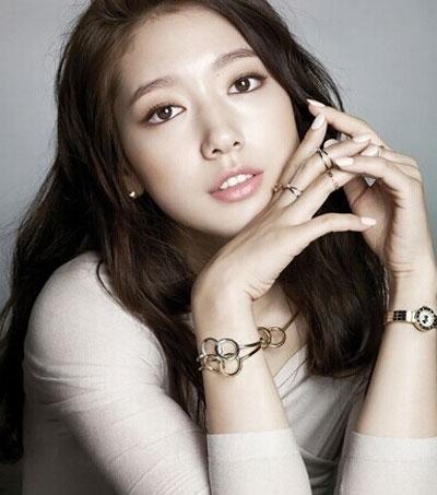朴信惠既如邻家女孩般清纯可爱,又似霸气女神成熟优雅,甜美笑容中