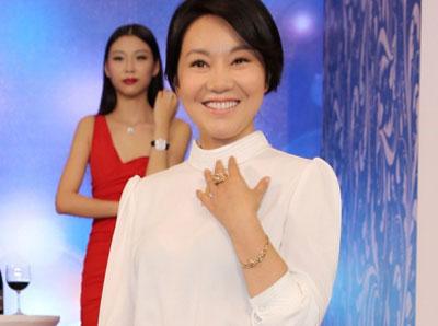 闫妮佩戴某品牌全新猎豹系列珠宝优雅现身沈阳展图片