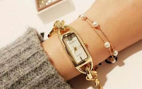手镯,腕表搭配时尚感十足