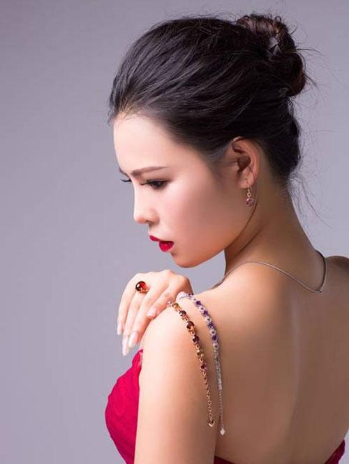 主持人胡玄担任2016水晶坊珠宝代言人 气质高贵典雅