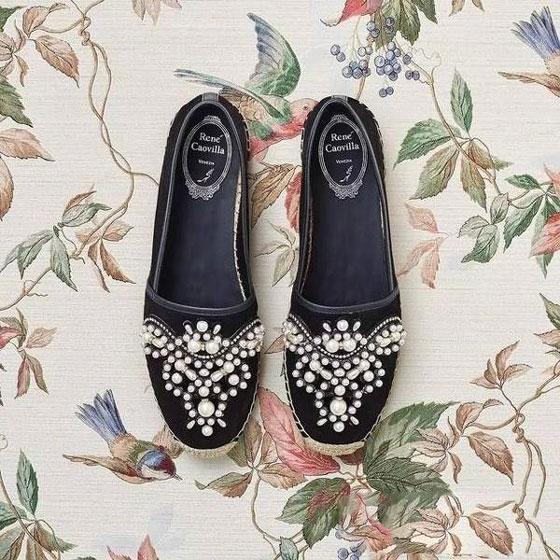 珍珠装饰的精致平底鞋