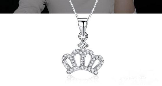 在以前皇冠是很多人都想拥有的,戴上皇冠是很多人的梦想,但我们都知道欲戴王冠,必承其重,所以很多人光是有一颗想戴的心。随着时间的推移,皇冠已经不再是王室权贵的象征了,它变得更加的普遍,因为设计师们将王冠元素运用到了各种作品里面,让大家也有更多的选择,其中我们见得较多的应该还是珠宝首饰这类的了,而今天小编要给大家介绍的正是missfancy里面的皇冠项链,用一条小小项链圆大家的王者之梦。 Missfancy这款项链有两个版本,一个是立体的,一个是平面的,立体的皇冠里面还有一颗璀璨的钻石在里面,它们能发出耀眼的