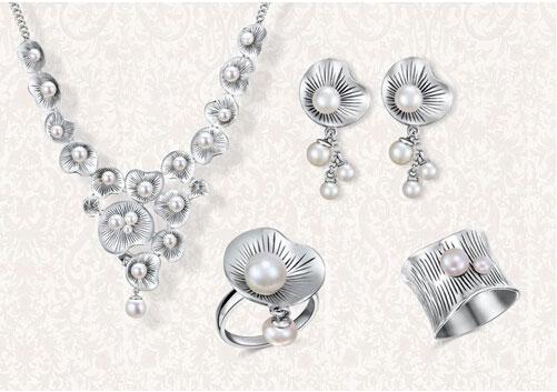 数据显示,2013年中国白银消费结构里,白银饰品以32%的比例占据着第二大份额,并保持跨越式增长的趋势。国际白银协会的数据显示,2012年银饰零售量在珠宝零售占比为37%,白银首饰在时尚行业中的使用程度越来越高。超过一半的零售商表示,银饰销售为其带来大的利润,我们相信中国的银饰珠宝市场也有望成为消费蓝海。中国白银集团主席兼行政总裁陈万天表示,伴随着珠宝首饰消费人群的年轻化,价格更低廉、装饰功能更强的银饰品在中国拥有巨大的增长潜力。来自中国产业研究报告网《2011-2015年中国银饰市场竞争态势及投资方