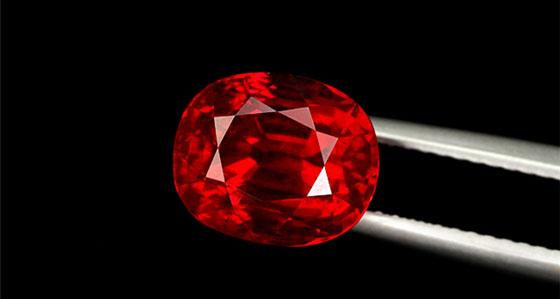 好的切工提升宝石价值 好的切割不仅仅可以使宝石放射夺目的光辉,也可以提升宝石的价值。红宝石标准的切割方式与钻石不同,红宝石没有为达到最大灿烂而按几何设计的切割,对于颜色较浓的红宝石,最佳切割应比平均水准浅一些,以便更多光线透过宝石,而对颜色较浅的,较深的切割有利于反映颜色。切割良好的红宝石在整个表面上均匀反射光线。此外,切割良好的红宝石不会显示出在刚玉晶体中经常出现的色带,出现这种色带通常表明切割者想保留重量而不是尽可能地切割出最美丽的宝石。 辨别真假红宝石 假红宝石有两种情况:第一种是以低档的红颜色宝