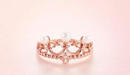 设计简洁的基础款珠宝,是不错的选择——不会过时,而且百搭,还显得很