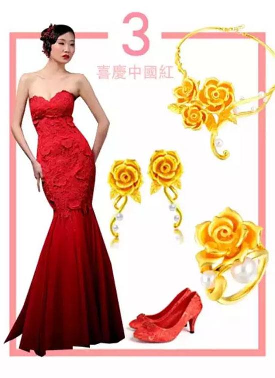 精美的红色礼服点缀上花式黄金饰品,搭配出了时尚女人的古典韵味.