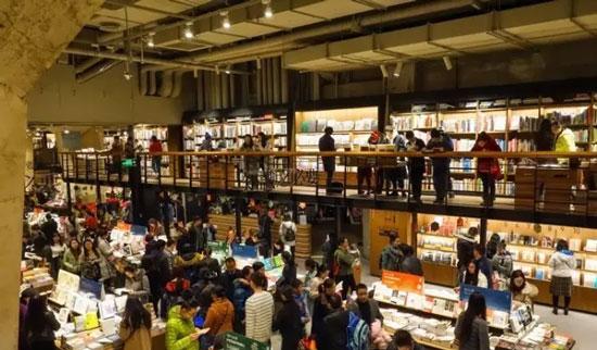 优秀的书店照明设计不是一味的增加亮度,但是过于黑暗的环境也无法